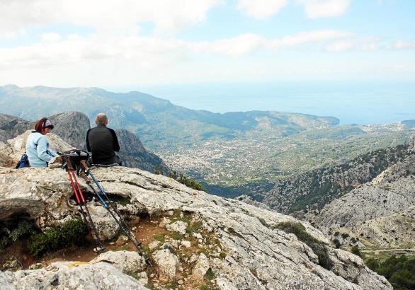 Viele Wanderer wollen auf Mallorca vor allem eines: Bei ihren Touren die spektakulären Ausblicke auf das Gebirge und das Meer ge