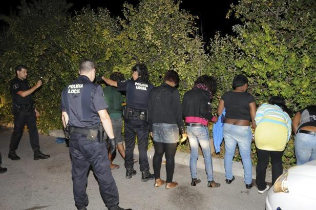 Die Polizisten verhaften zehn Prostituierte während einer Großrazzia in Magaluf und Santa Ponça