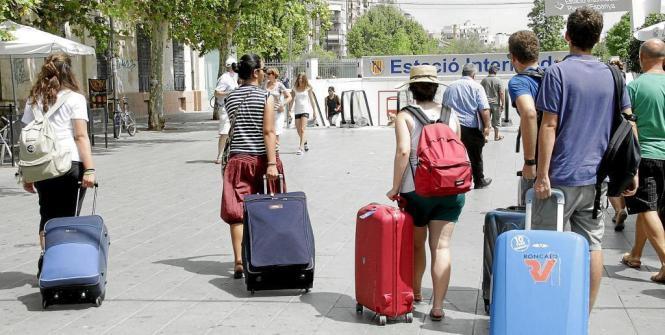 """""""Hilfe, die Rollkoffer sind los!"""" Die private Ferienvermietung erlebt vor allem in Palma einen Boom. Damit könnte aber bald Schl"""