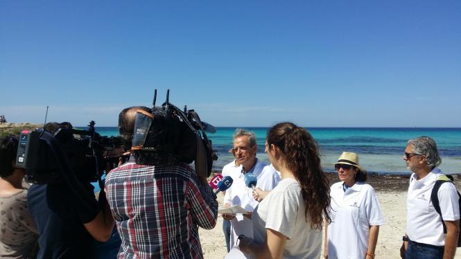 Fomento-Präsident Eduardo Gamero vor Medienvertretern am Strand von Es Trenc.