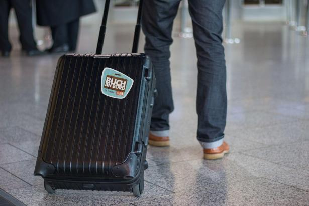"""Am Gepäck muss der Aufkleber """"Buch an Bord"""" angebracht sein."""