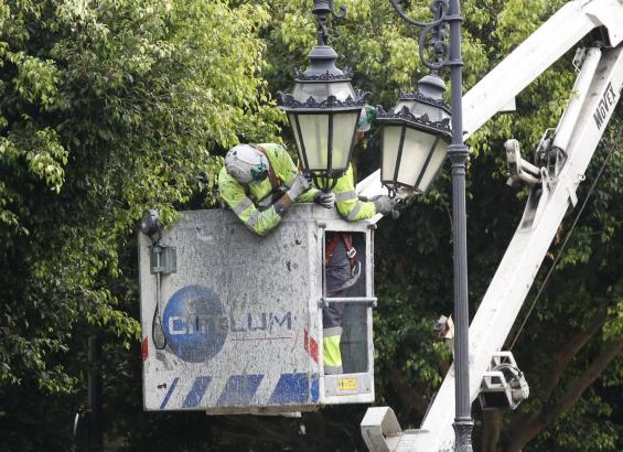 Mitarbeiter der Stadt tauschen die Glühbirnen der Straßenlampen aus