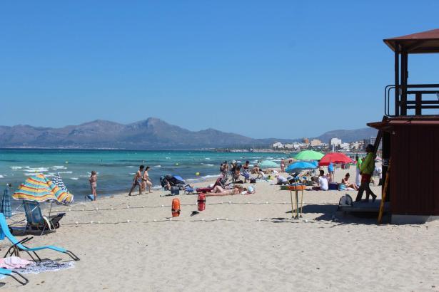 Von Sonnenliegen und -schirmen fehlt an der Playa de Muro im Norden von Mallorca jede Spur.