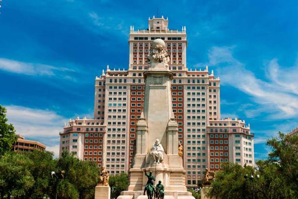 Das Edificio España liegt Mitten im Zentrum von Madrid an der Plaza Cervantes.