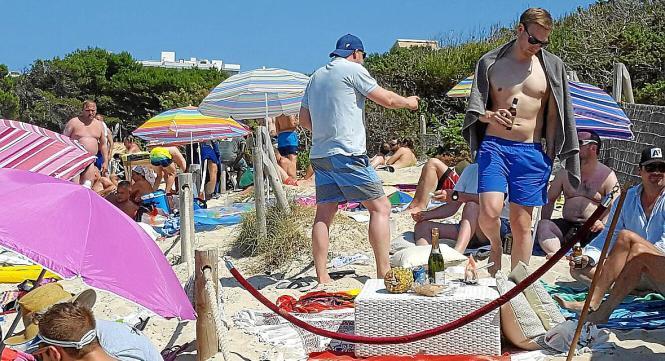 Mitgebrachte Getränke in Glasflaschen sind am Strand von Cala Rajada untersagt.