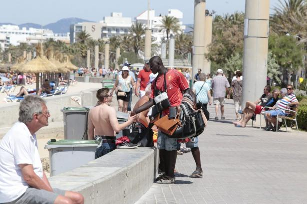 Ambulanter Straßenhandel an der Playa de Palma.