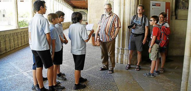 Eine Schülergruppe informiert Urlauber über die Geschichte der Kirche