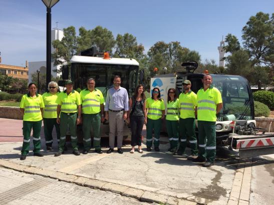 Die Verstärkung des städtischen Reinigungstrupps mit Bürgermeister José Hila und Emaya-Präsidentin Neus Truyols (Mitte)
