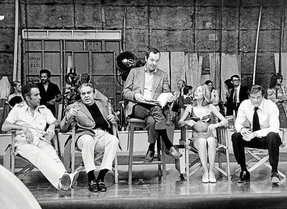 Am Set (von links): Christopher Lee, Harry Saltzman, Guy Hamilton, Britt Ekland und Roger More.
