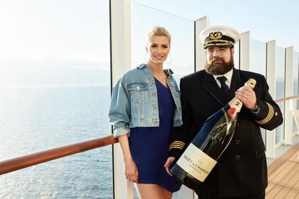 Lena Gercke und Kapitän Boris Becker mit der Champagner-Flasche, die bei der Taufe eine ganz besondere Rolle spielt.