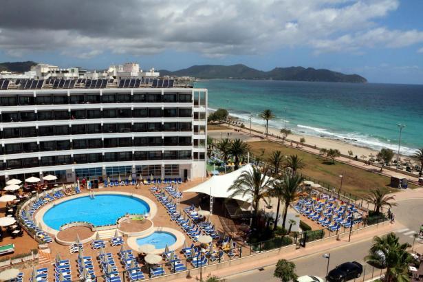 Allsun-Hotels in Cala Millor: Blick von der Terrasse des Borneo auf den Poolbereich des Sumba.