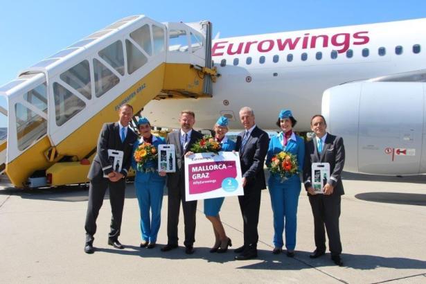 Freude über die neue Verbindung: Kapitän Michael Bloder (Dritter von links) und Gerhard Widmann, Geschäftsführer Flughafen Graz