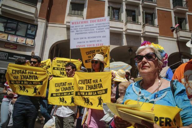 Vielen Einheimischen reicht es langsam: Im Mai nahmen rund 200 Menschen an einer tourismuskritischen Demonstration in Palma teil