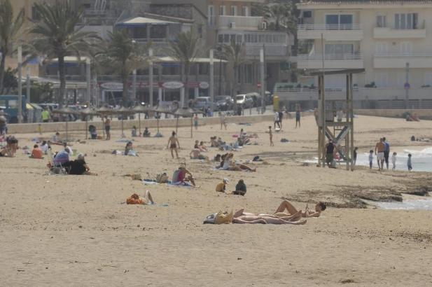 Bei Temperaturen um die 37 Grad kühlen sich viele Menschen am Strand ab