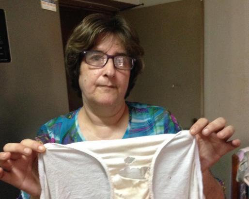 Paqui Valls zeigt eine Unterhose, an der Ratten genagt haben