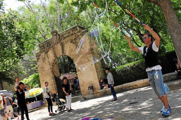 Auch vor den Königsgärten S'Hort del Rey sind Straßenkünstler anzutreffen.