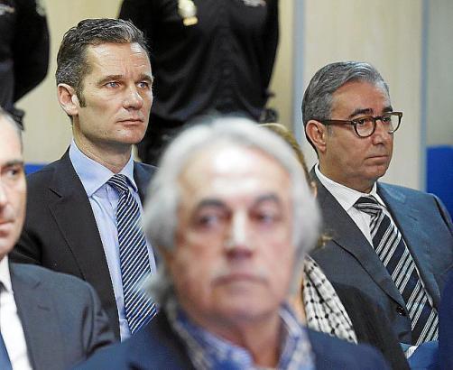 Der auf Mallorca verurteilte Königsschwager Iñaki Urdangarin (hinten Mitte-links).