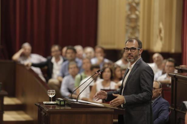 Der balearische Tourismusminister Barceló bei der Parlamentsdebatte zur Ferienvermietung.