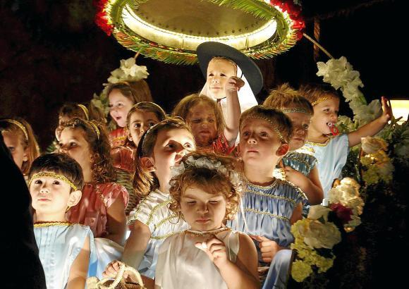 """Bei dem Umzug am 28. Juli zieht """"La Beateta"""" mit ihrem Engelsgefolge durch die Gemeinde."""