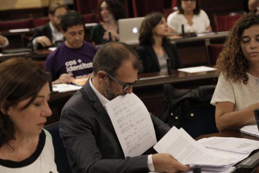 Papier- und Paragraphen-Wust: Tourismusminister Biel Barceló im Balearen-Parlament.