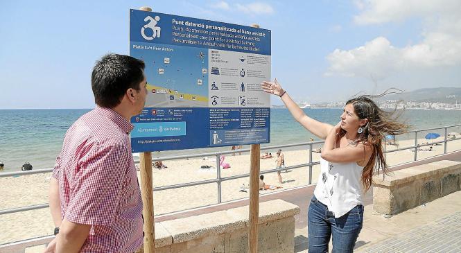 Die Stadträte Neus Truyol (rechts) und Rodrigo Romero erklären die Verbesserungen an den Stränden