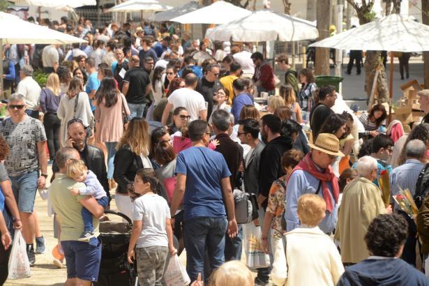 Im Sommer sind die Straßen und Plätze auf den Balearen wie hier im Zentrum von Ibiza-Stadt mitunter von Urlaubern und Einheimisc