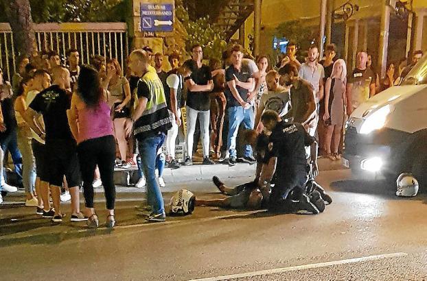 Sanitäter und Polizisten betreuten am Paseo Marítimo in Palma den am Boden liegenden 40-Jährigen.