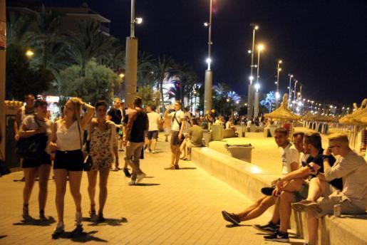 Das Archivfoto zeigt sommerlich-nächtliches Treiben auf der Strandpromenade an der Playa de Palma.