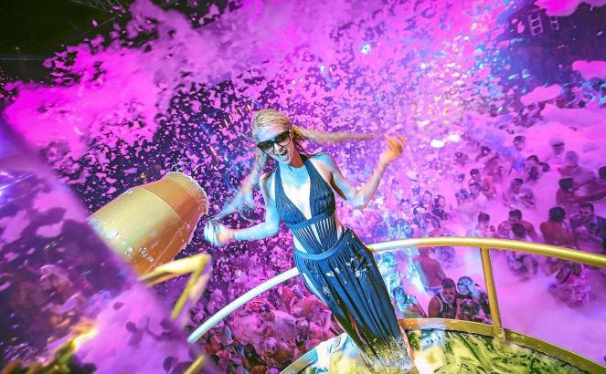 """Paris Hilton während ihrer DJ-Show """"Foam&Diamonds"""" im """"Amnesia"""" auf Ibiza"""