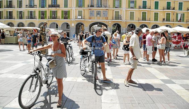Touristische Besucher auf der Plaza Mayor in Palma.