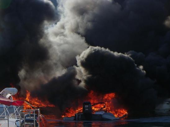 Beim Brand mehrerer Boote im Hafen von Andratx ist ein Mann schwer verletzt worden.