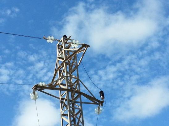 Strommaste für Klimaanlagen laufen auf Hochgtouren