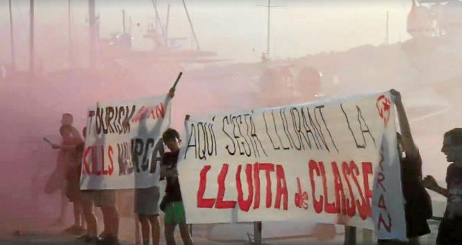 Demonstranten entrollten Protest-Transparente