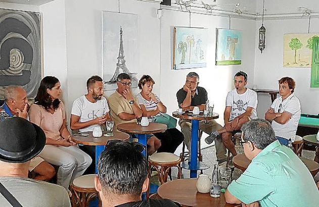 Das Treffen der Lokalbesitzer mit Alkalde Fernández.