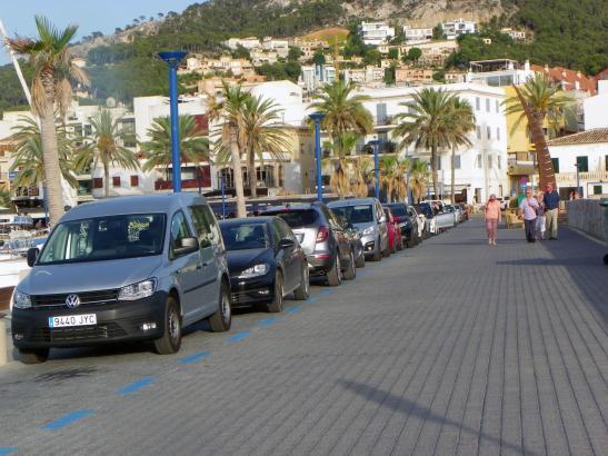 Die kostenpflichtigen Parkplätze in Port d'Andratx sind blau markiert