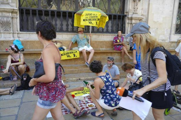 Die Demonstranten luden die Passanten zu einem Snack und Gesprächen ein
