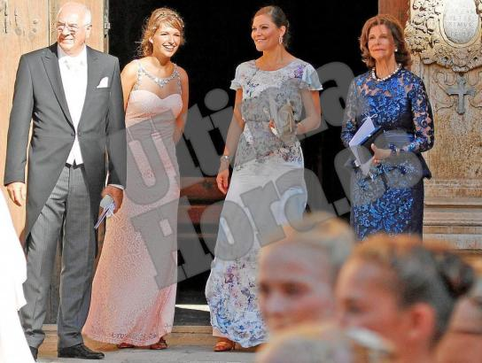 Kronprinzessin Victoria und Königin Silvia mit weiteren Hochzeitsgästen an der Kathedrale.