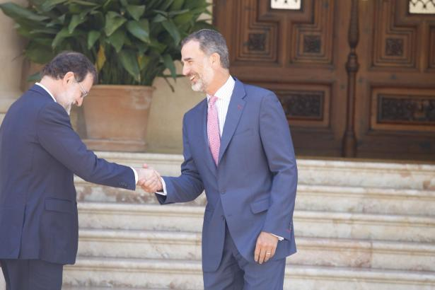 Verspätet aber mit Bückling: Ministerpräsident Mariano Rajoy (li.).