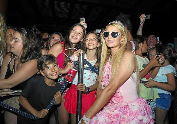Paris Hilton lächelte für unzählige Selfies in die Kameras.