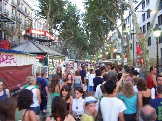 Auf den Ramblas von Barcelona flanieren täglich Zehntausende Menschen – Einheimische und auch viele Touristen.