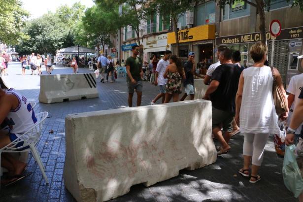 An der Plaça d'Espanya stehen die nicht gerade hübschen Barrieren bereits.