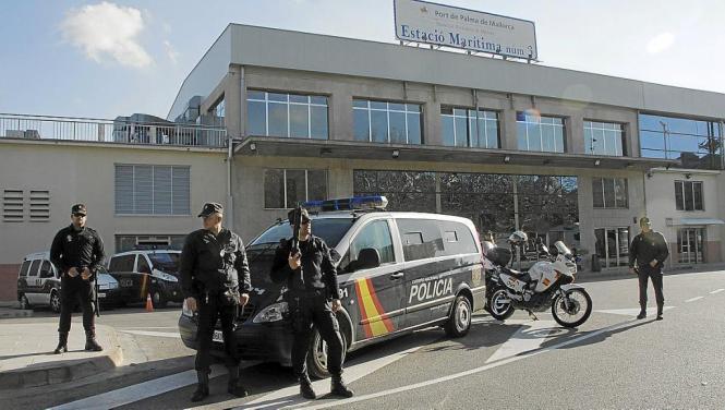 Bewaffnete Polizisten am Hafen von Palma. Das Bild entstand nach dem Massaker an Mitarbeitern des Pariser Satiremagazins Charlie