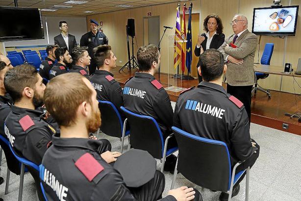 Das Archivfoto zeigt die balearische Innenministerin Catalina Cladera bei einem Vortrag vor Polizeischülern.