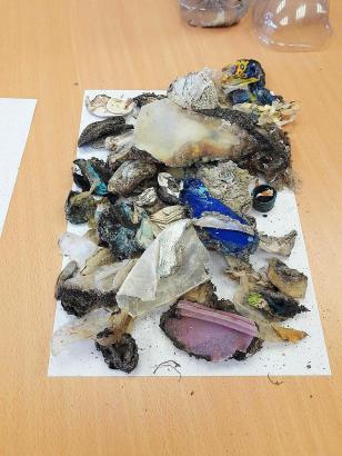 Solche verbrannten Plastikstücke wurden an den Strand gespült
