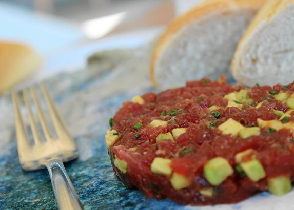 Ein Tatar vom Roten Thunfisch ist im Sommer bekömmlich und erfrischend. Das Fett in der Avocado ist ein wichtiger Geschmacksträg