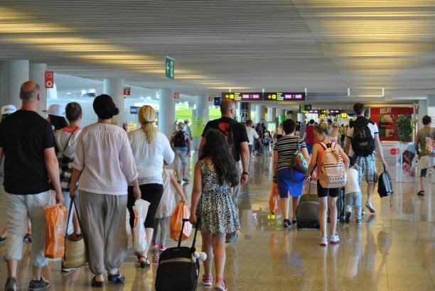 Menschenmassen im Flughafenterminal von Palma.