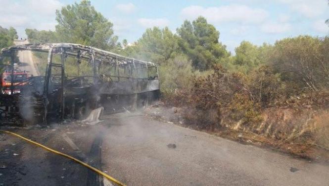 Der ausgebrannte Bus.