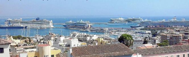 Fünf Kreuzfahrtschiffe im Hafen von Palma de Mallorca.