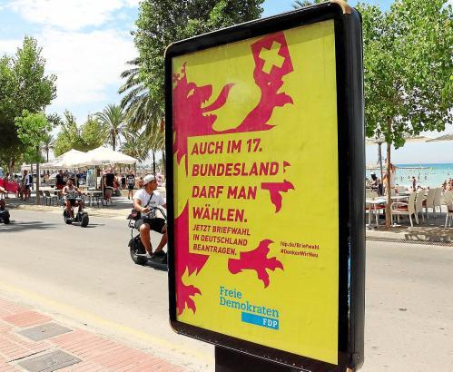 """FDP-Werbung in Arenal: Dieses Plakat verwunderte Einheimische und Urlauber im """"17. Bundesland"""" ..."""