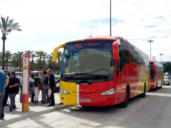 Wie die anderen Fahrzeuge des TIB sind auch die neuen Airport-Bussegelb-rot. Sie verbinden den Flughafen mit Urlaubsorten.